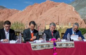 Left to right: Eduardo Ezequiel Escobar, CEO, uSound; Sang Jik Lee, President, Samsung Electronics Argentina; Governor Gerardo Rubén Morales, Jujuy Province, and Dr Gustavo Alfredo Bouhid, Minister of Health, Jujuy Province, sign an agreement to distribute uSound for Samsung in the Jujuy province to help residents detect risk of hearing loss.
